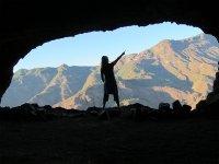 Contemplando las vistas desde la boca de la cueva