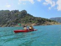 Remando en kayak por las aguas de Canelles