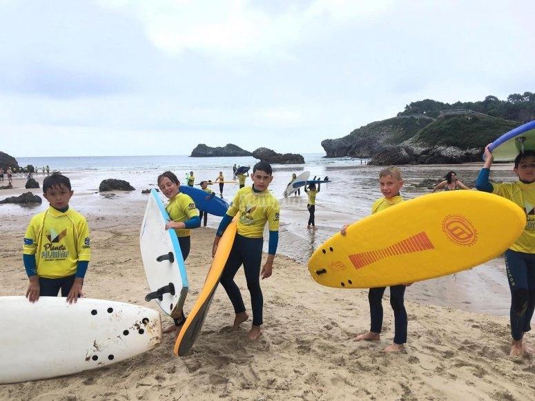 Alumnos del campamento en la clase de surf