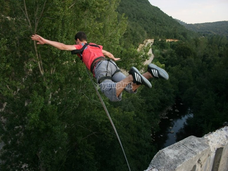 Nel pieno bungee jumping