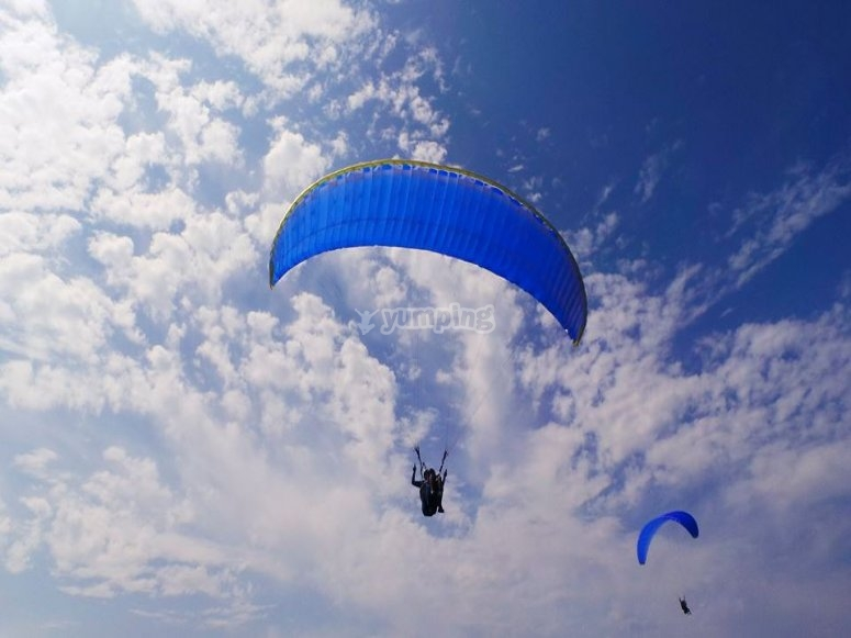 Flying on a paraglider together
