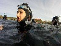 戴着面具和氯丁橡胶潜水