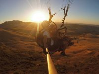 日落时滑翔伞