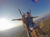 在滑翔伞上张开双臂