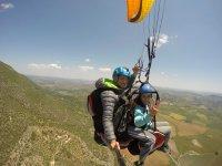 与教练一起滑翔伞