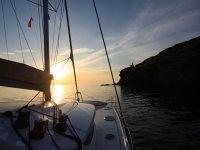 velero en alta mar en un atardecer