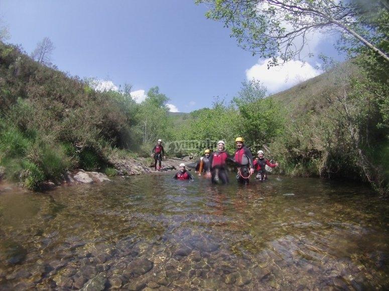 Barranquistas en el rio
