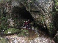 Adentrandonos en la cueva tras el barranco