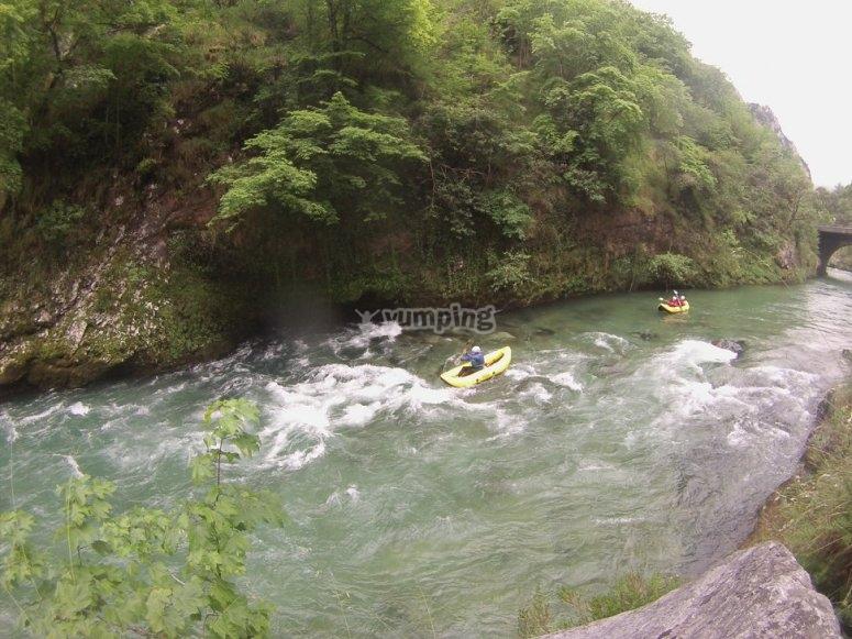 Haciendo rafting en Cantabria