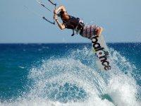 chico practicando kitesurf en el agua