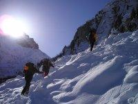 escalando montaña de nieve