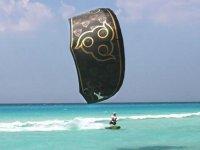hombre practicando kitesurf en el mar