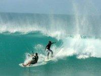 practicando kitesurf y surf