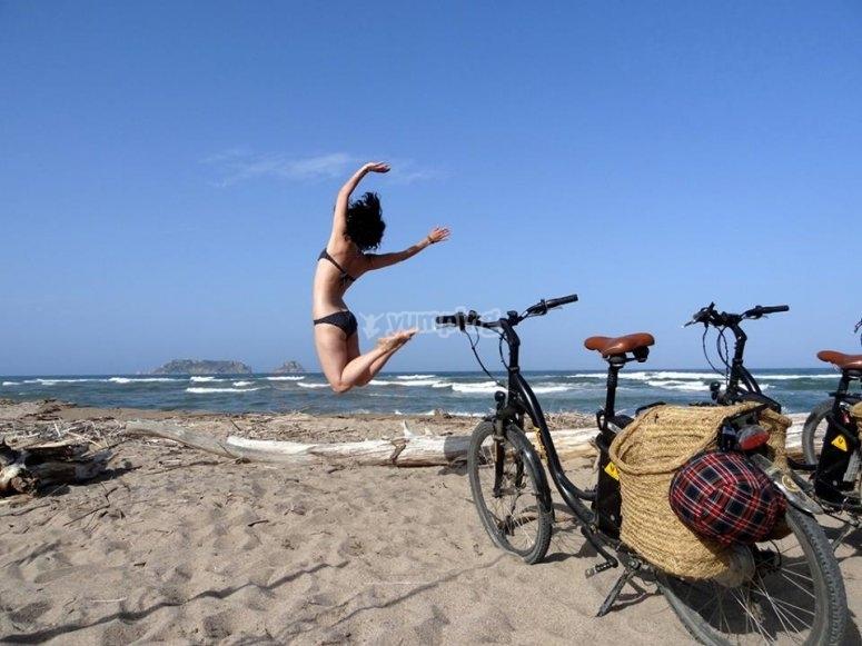 Disfrutando de la playa en la ruta con burricicleta