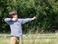 Joven disfrutando del tiro con arco