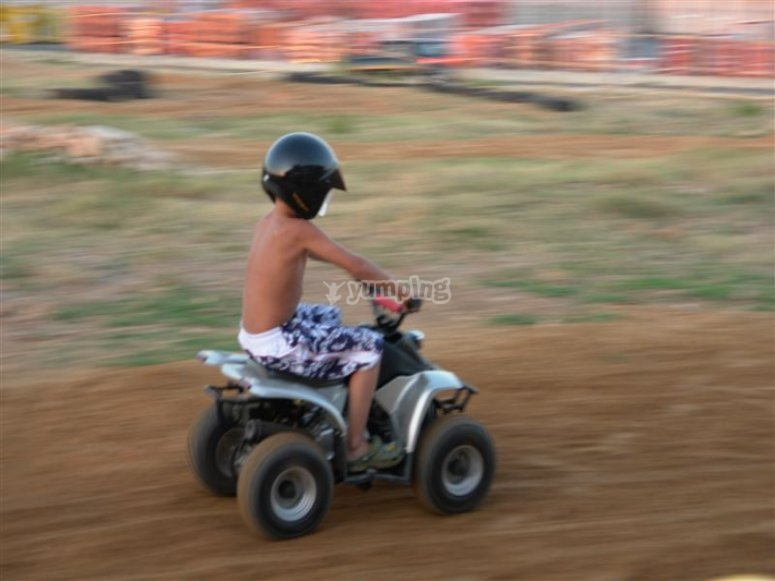 Pequeños conduciendo los miniquads en Gualta