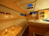 la habitacion de un barco con dos velas