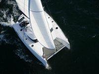 vista aerea de un catamaran blanco