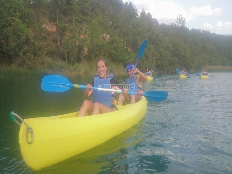 Godere di una sezione di canoa con gli amici