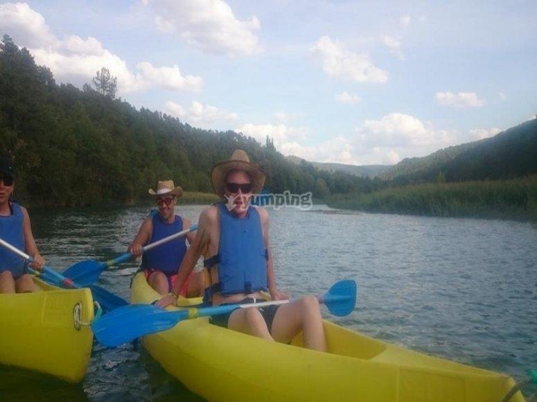 Gruppo che pratica la canoa sul fiume