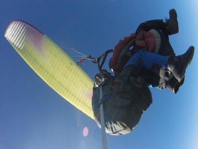 在高山滑翔伞与视频山脉马德里