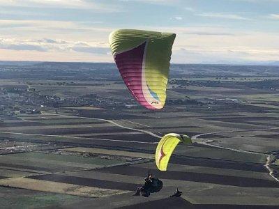在马德里的非同步夫妇滑翔伞飞行