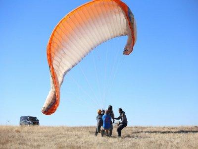 在马德里山区完成滑翔伞课程