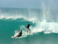 un hombre practicando surf y otro kiteboard.jpg