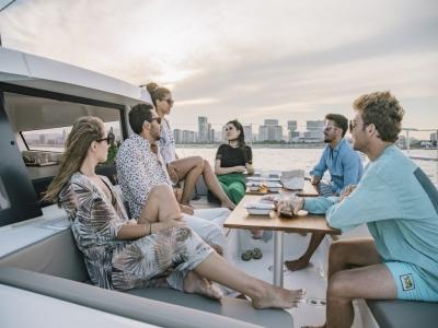 Paseo privado en catamarán por costa Catalana 3h