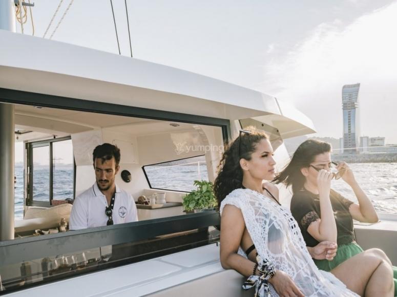 Amici in catamarano a Barcellona