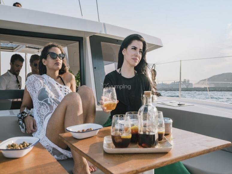 Goditi l'aperitivo e il rinfresco in catamarano