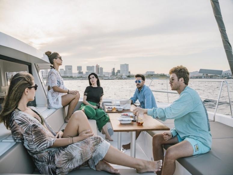 Gruppo goditi un giro in catamarano a Barcellona