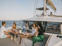 Condividi il noleggio di catamarano e divertiti a Barcellona