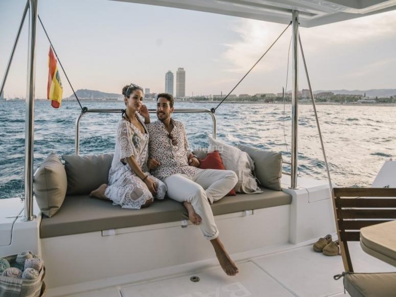 情侣享受双体船旅行