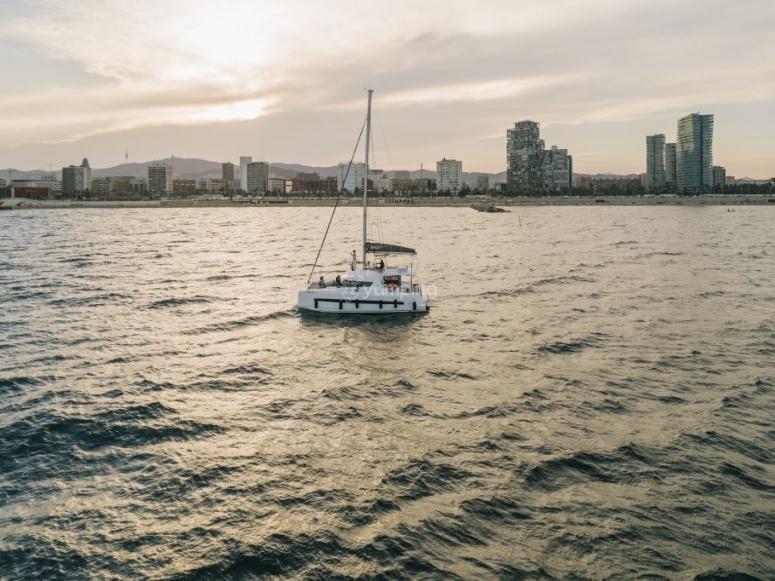 在巴塞罗那海岸乘坐双体船
