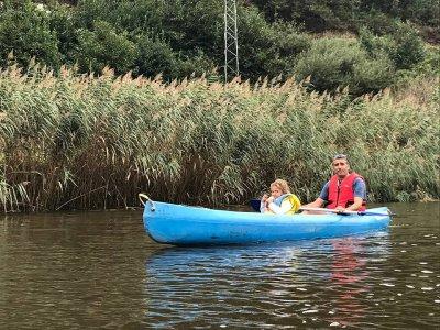 Andare in canoa lungo il fiume Eo nella tariffa per bambini di Abres