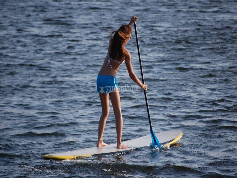 Mujer haciendo paddle surf