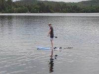 de pie en el lago