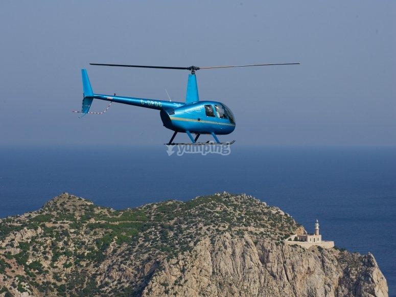 直升机在马略卡岛上飞行