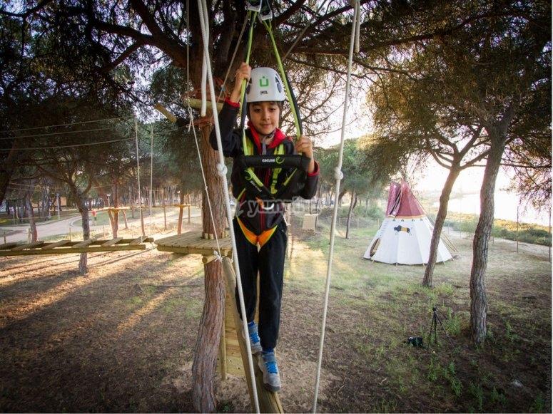 Practicando multiaventura en el Camping Giralda