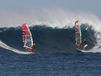 dos hombres realizando windsurf en el agua