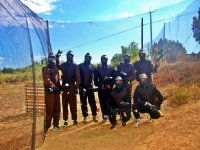 Grupo de paintball tras la red de proteccion