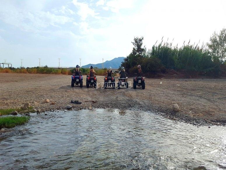 grupo de amigas sobre los quads en malaga