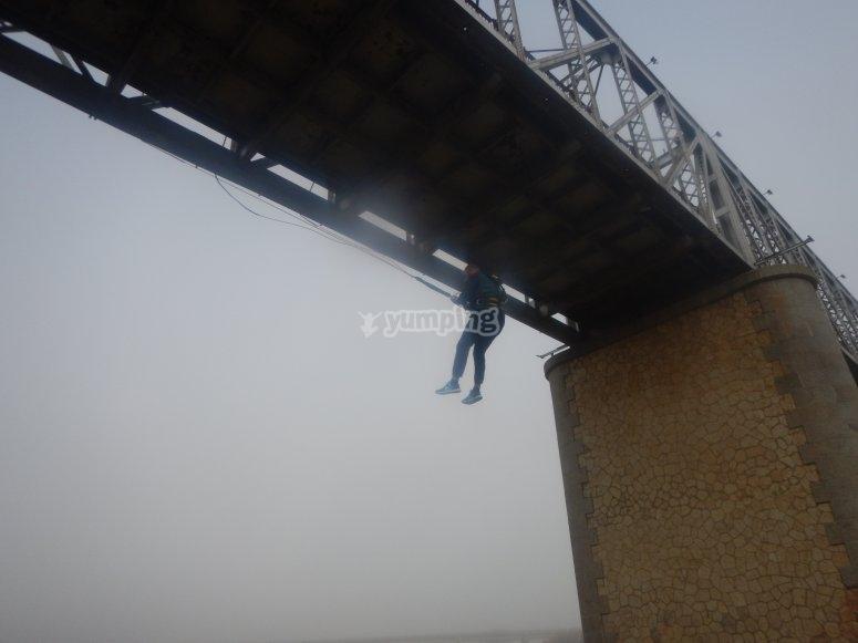 在洛拉德尔里奥蹦极绳索上悬挂
