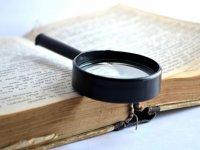 Lupa sobre libro antiguo