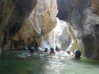 浸在山沟岩石下游泳