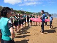 Instrucciones en clase de surf