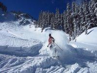 男子坐在滑雪板上