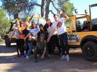 Grupo de amigos posando con el jeep en la Sierra de Calderona
