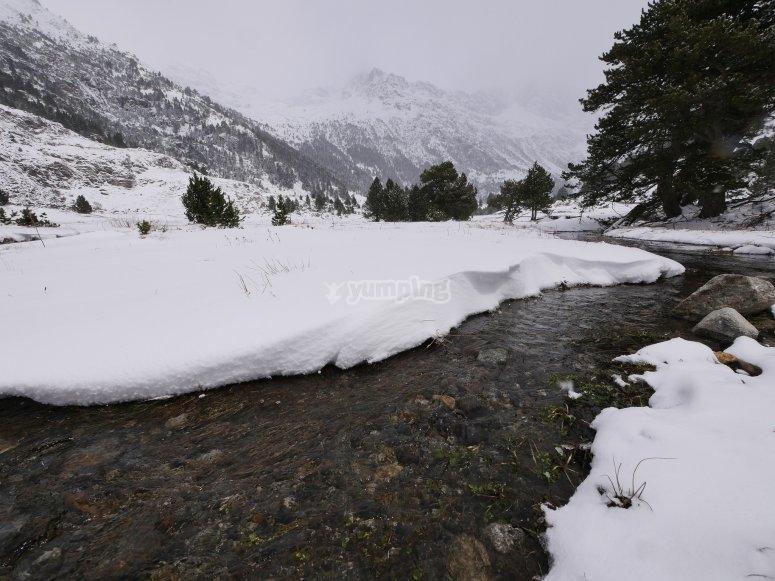 Paisajes nevados por el valle